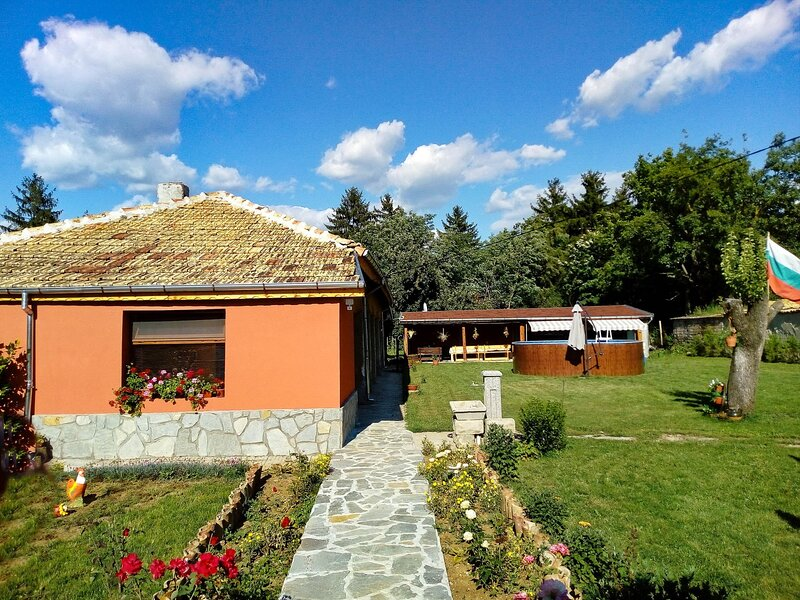 Charming Suite With Pool, Tavern, And Barbecue, holiday rental in Shumen