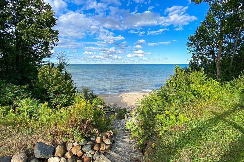 Beachfront Palms House w/ Private 140-Foot Beach!, location de vacances à Forester Township