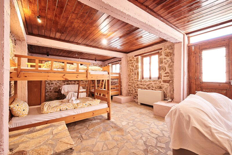 Quadruple Room - Hostel Elisson/Agroikia (Farmhouse), casa vacanza a Galatas