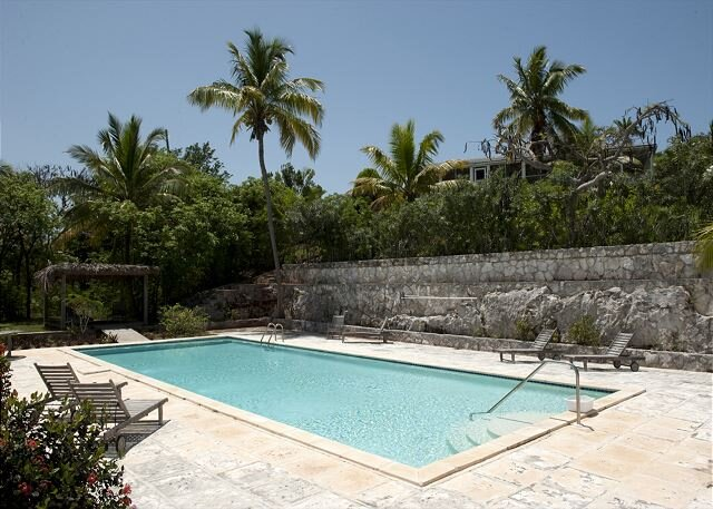 Historic Beach House with Pool, Spectacular Ocean Views, location de vacances à Eleuthera