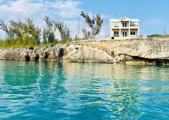 New High-End Oceanfront Home - PRIVATE Pool, Generator, Kayaks, Snorkeling!, casa vacanza a Governor's Harbour