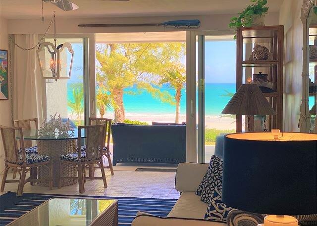 Stylish Condo Directly on Windermere Beach – Pool, Tennis, Gym, location de vacances à Rock Sound