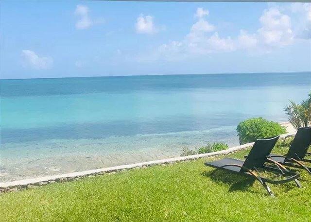 Charming Waterfront Cottage w/ Tropical Garden, Walk to Sandbar Bar and Grill, alquiler vacacional en Spanish Wells