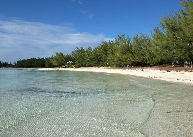 Beachfront House on the Calm Tranquil Waters of Beautiful Gaulding Cay Beach, holiday rental in Gregory Town