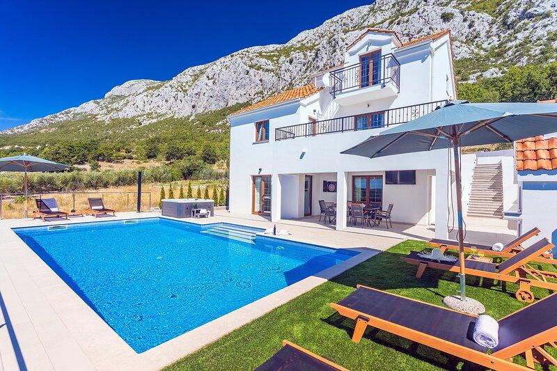 Villa Flora with a 53 sqm private pool, jacuzzi, Finnish sauna, Cinema room, holiday rental in Gata