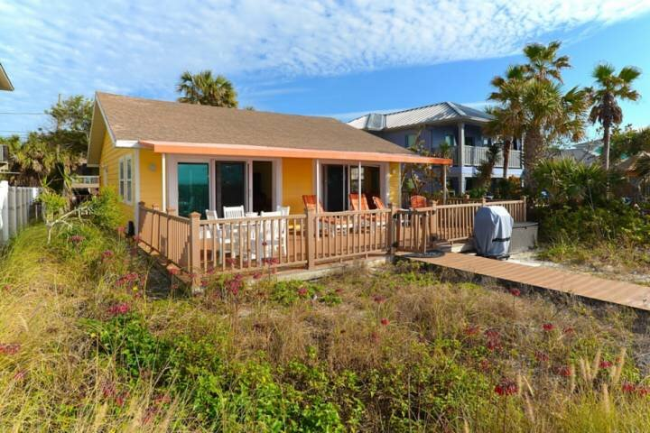 Beachfront Cottage with Breathtaking Views! Pet Friendly, Grill, Private Lanai -, casa vacanza a Indian Rocks Beach
