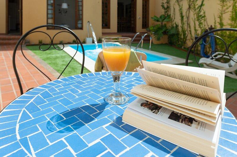 The Yellow House Solarium Pool & Garage, holiday rental in Sardina
