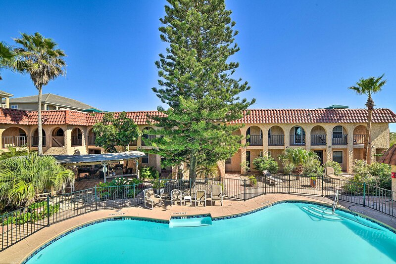 NEW! Renovated Resort Condo w/Pool, Steps to Beach, alquiler de vacaciones en Chapman Ranch