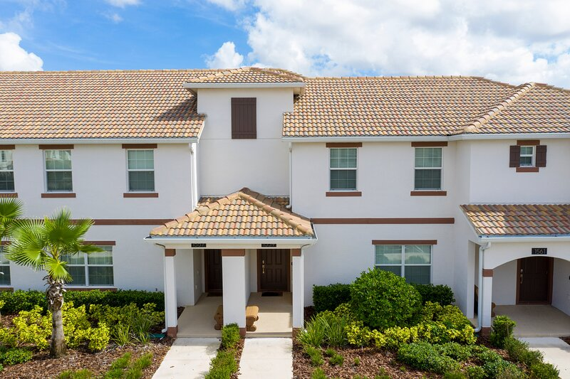 Stunning Four Bedroom w/ Screened Pool Close to Disney 1559, alquiler de vacaciones en ChampionsGate