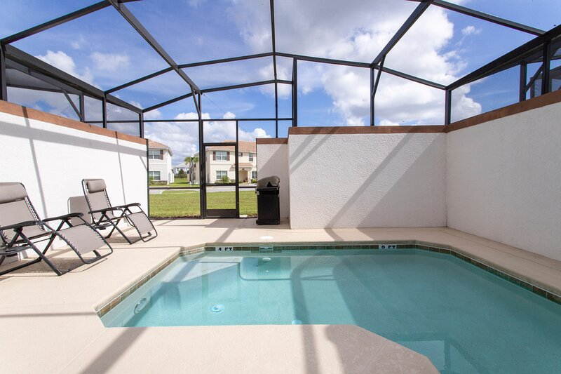Stunning Four Bedroom w/ Screened Pool Close to Disney 1559, location de vacances à ChampionsGate