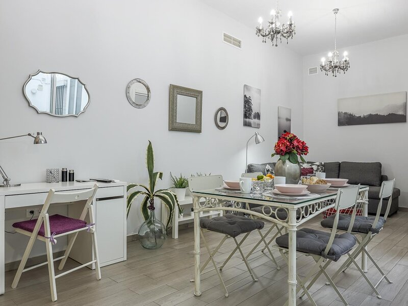 odern & quiet apartment in typical Sevilla house, holiday rental in Marinaleda