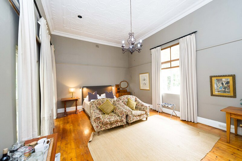 Lovely Spacious room with Breakfast on one of our top picks in Pretoria, vacation rental in Centurion