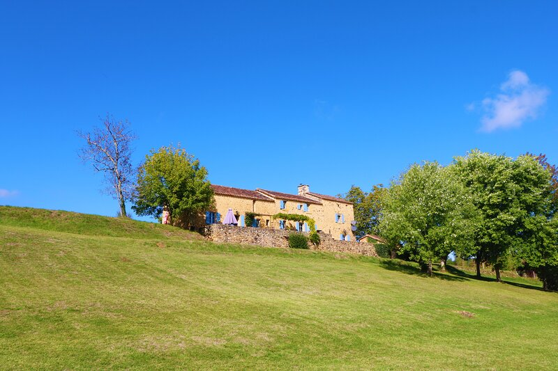 Rare pearl in the heart of the Black Périgord with views & infinity heated pool, holiday rental in Sainte Croix