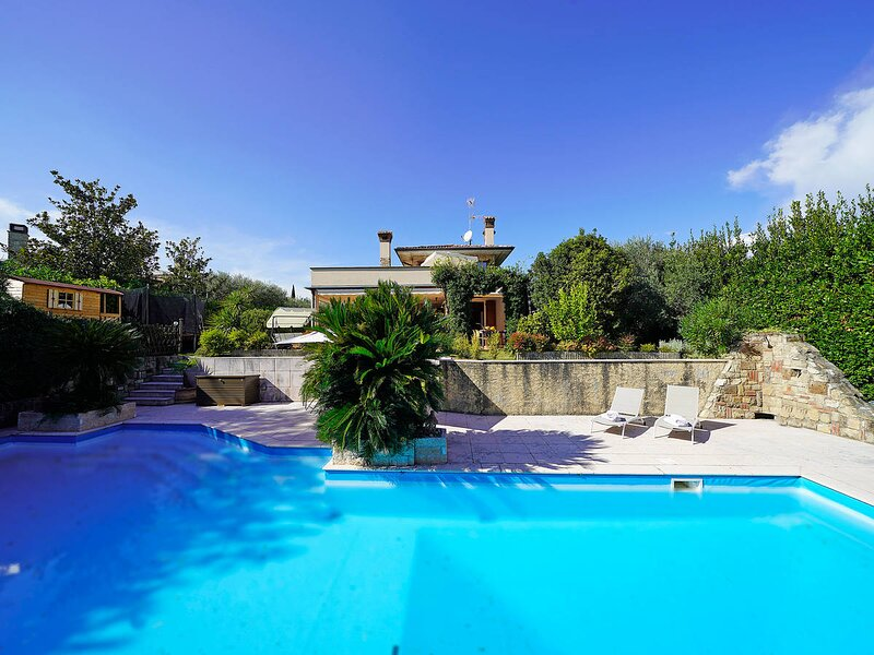Casale Villa Sleeps 10 with Pool Air Con and WiFi - 5873345, holiday rental in Moniga del Garda