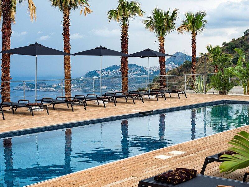 Letojanni Villa Sleeps 14 with Pool Air Con and WiFi - 5871878 – semesterbostad i Limina
