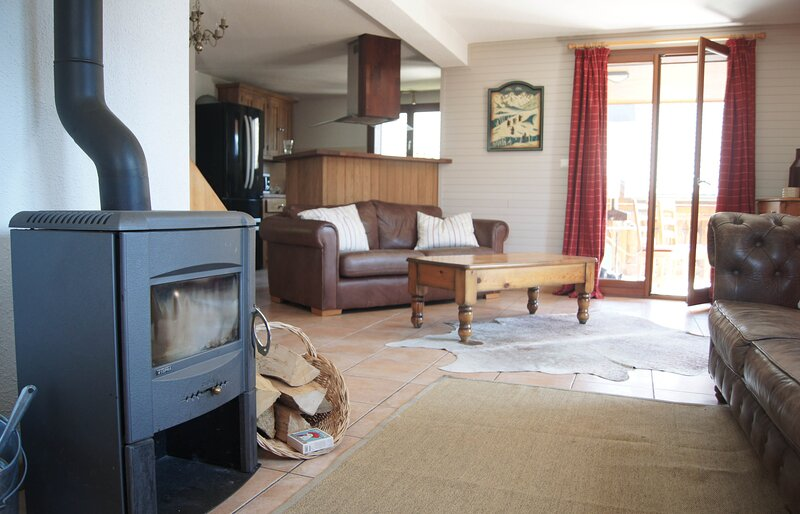 Chalet Letach, Mountain Views, Cosy Feel, Sleeps 12, Close to Lifts, Lake & Town, casa vacanza a Morgins