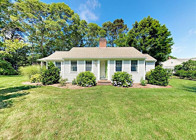 Beautifully Remodeled Home w/ New Furnishings - 1 Acre Parcel, Steps to Lake, holiday rental in Barnstable