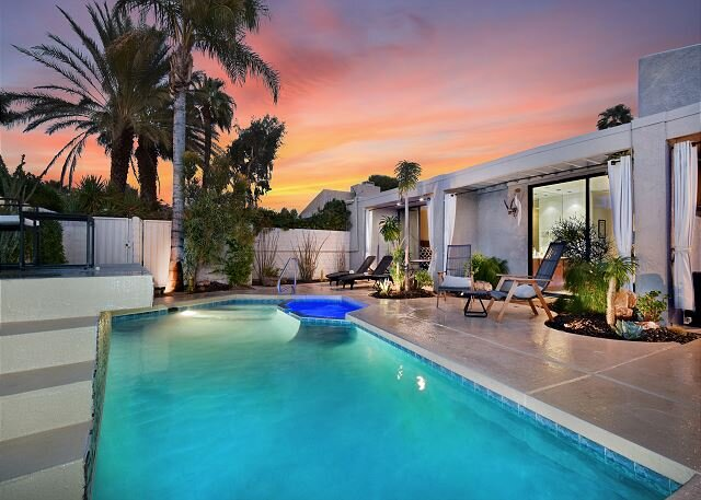Walled Villa in Gated Community - Recently Renovated, Private Pool & Hot Tub, casa vacanza a North Palm Springs
