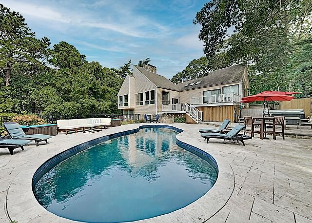 Beautifully Updated Home | Backyard Oasis, New Pool & Firepit | Near Beach, holiday rental in Osterville