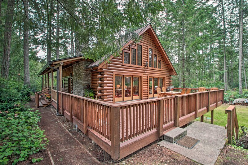 NEW! Anderson Island Cabin on Half Acre w/Fire Pit, holiday rental in East Olympia