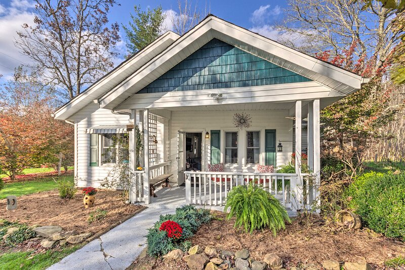 NEW! Cozy Mtn Cottage w/Fire Pit: Hike, Ski, Relax, holiday rental in Linville