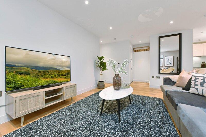 Elegant Windsor Apartment Close to Castle Apt A, holiday rental in Eton