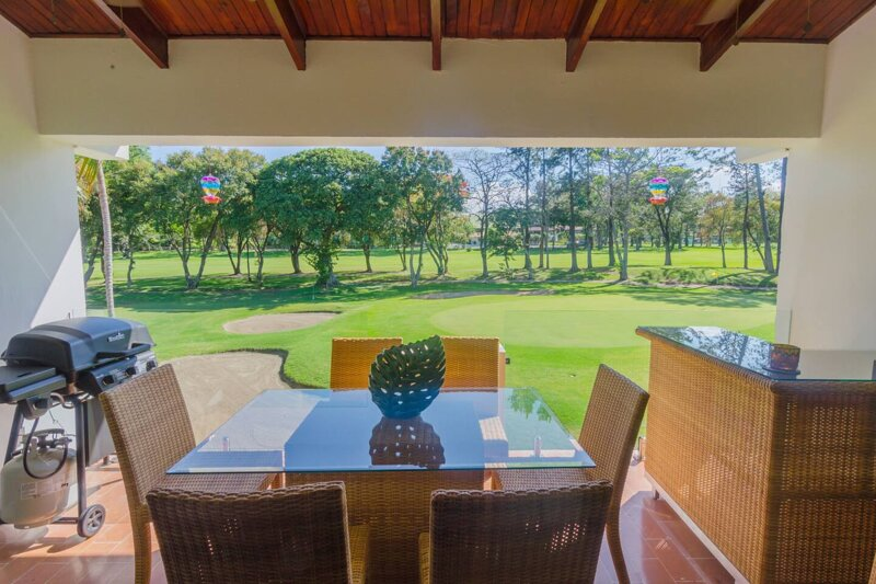 Barbeque, outdoor dining for up to 6 adjacent to golf course