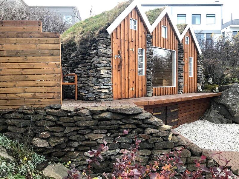 SJF Villa, Hot Tub & Outdoor Sauna amazing mountains view-15 min from downtown, aluguéis de temporada em Reykjavik