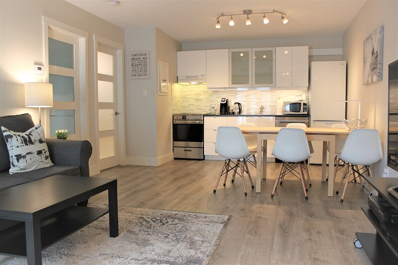 Modern Condo *COLLINGWOOD *Mins from Blue Mountain Village, Lake, Beach, Trails, holiday rental in Stayner