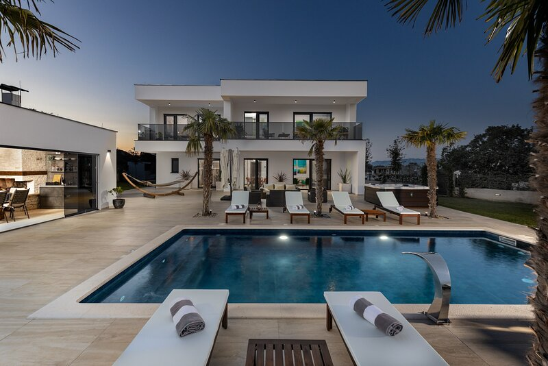 Lovely villa Quercus with pool, vacation rental in Diklo