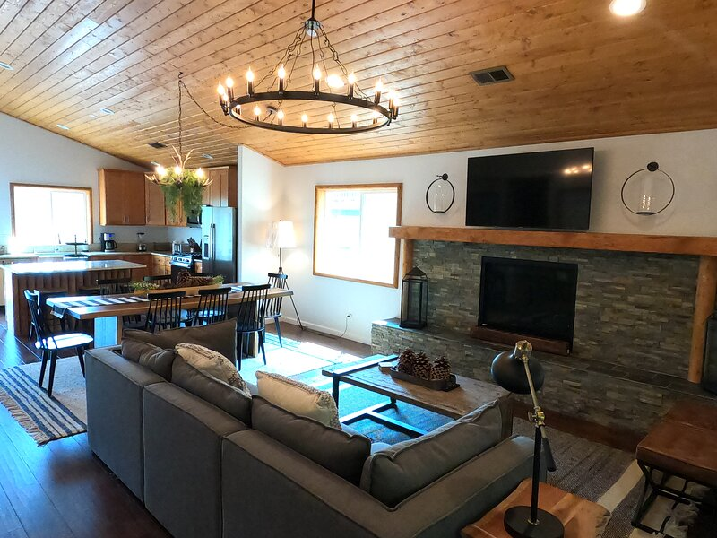Sophisticated, Modern Mountain Retreat With A View, holiday rental in Victorville
