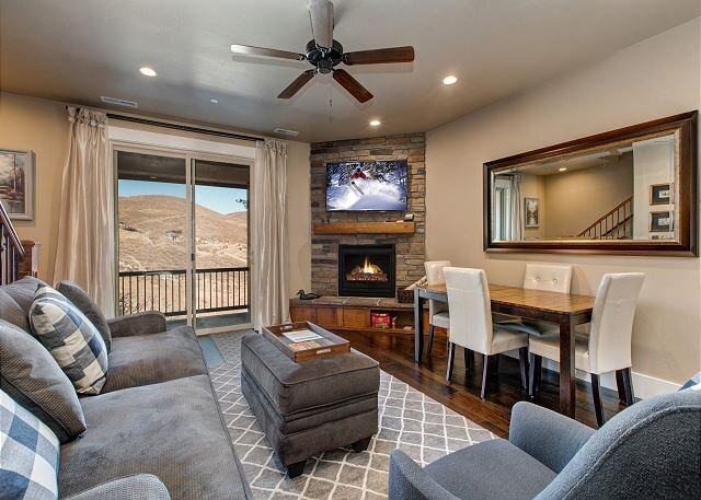 Tri-Level Townhome with Gorgeous Mnt. Views! 8 Min to Skiing, Clubhouse, BBQ, holiday rental in Peoa