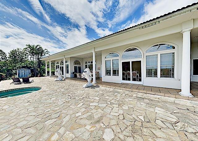 Palatial Hilo Bay View Estate | Pool, Hot Tub, Sauna | Near Beaches, alquiler de vacaciones en Pepeekeo