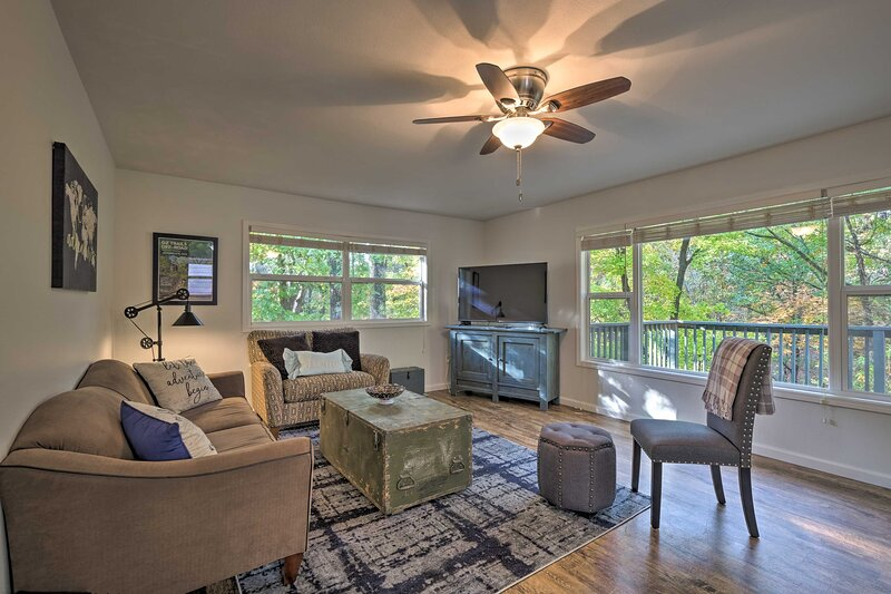 NEW! Serene Hideaway w/ Deck ~ 2 Miles to Trails!, casa vacanza a Pineville
