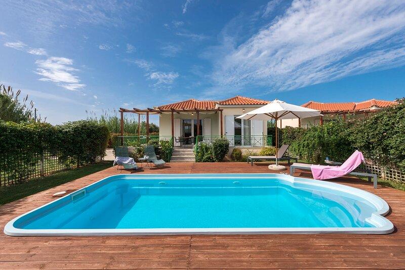 Venus, stylish villa with pool 2min to the beach, location de vacances à Pylos-Nestor
