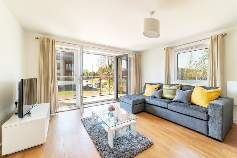 Stylish Two Bedroom Two Bathroom Apartment in Milton Keynes, holiday rental in Marston Moretaine