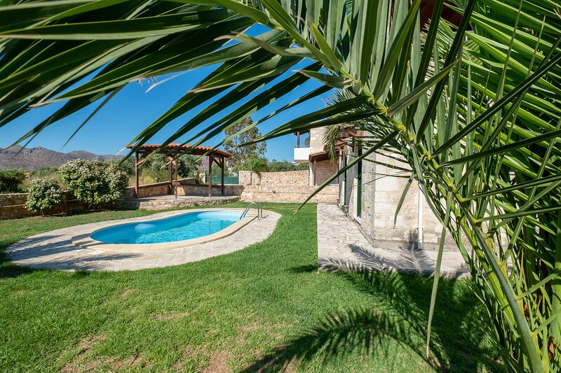 Stone Villa with Pool & Garden, near the Beach!, location de vacances à Chorafakia