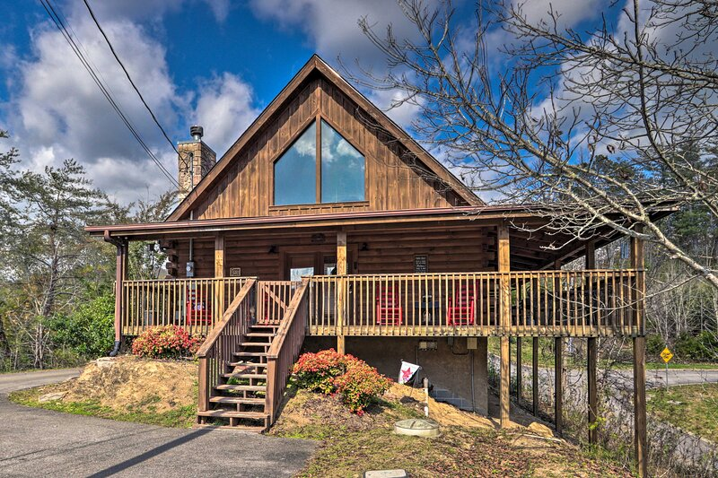 NEW! Sevierville Cabin w/Hot Tub + Wraparound Deck, holiday rental in Sevierville