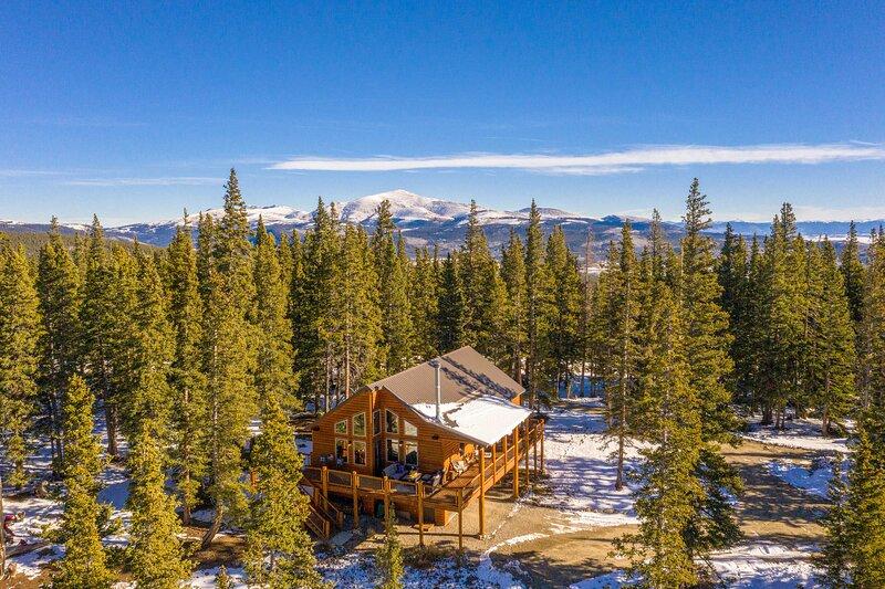 NEW! Fairplay Cabin w/ Spacious Deck & Mtn View!, alquiler de vacaciones en Alma