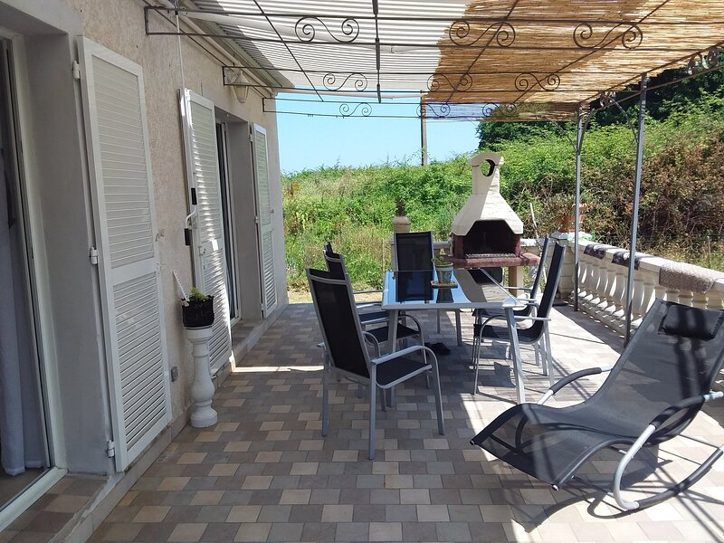 Beautiful house with garden, alquiler de vacaciones en Santa Lucia di Moriani