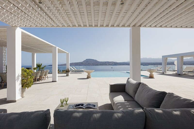 Exclusive seafront location with heated infinity pool, hot tub and sea views, holiday rental in Akrotiri