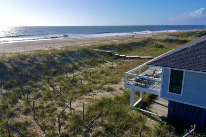 Oceanfront, BHI Club W/Golf, Private Beach Access, 2 Master bedrooms, Perfect fo, location de vacances à Bald Head Island