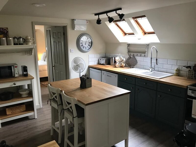 Cotswolds luxurious, cosy Barn, sleeps 2, dog friendly, casa vacanza a Down Ampney