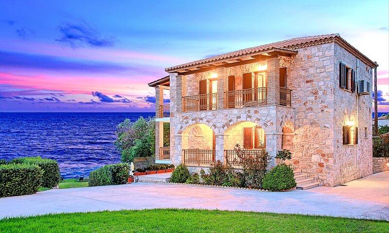 Villa Mare Psarou Beachfront, location de vacances à Meso Gerakari