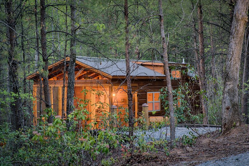 Couple's Escape-Outdoor Hot Tub Cabin D, holiday rental in Mill Spring