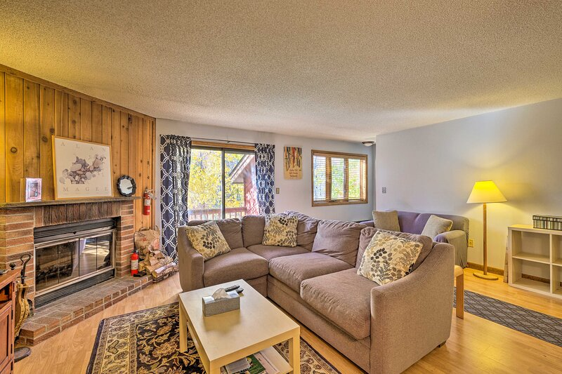 NEW! Primely Located Pad w/ View < 1 Mi to Mt Snow, location de vacances à Somerset