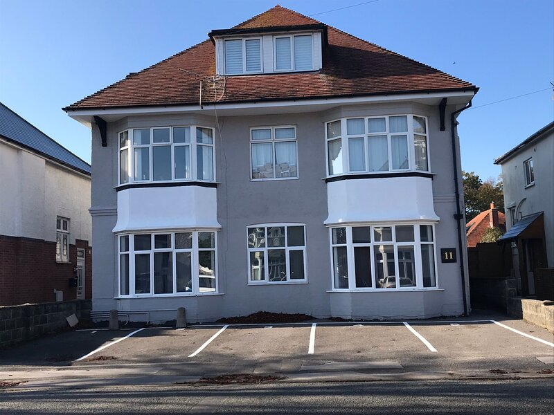 Garden flat in beautiful Southbourne, minutes from beach and shops, alquiler vacacional en Bournemouth