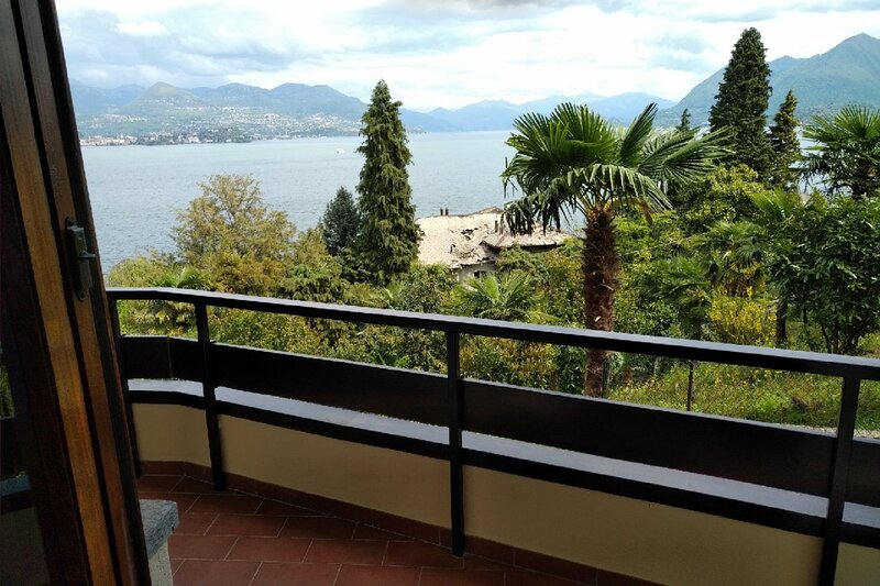 'Vista Lago Due' in centre of Stresa, terrace and sweeping view of Lake Maggiore, vacation rental in Vedasco