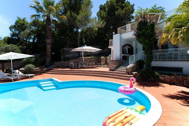 Villa 6 camere bagni, piscina, Wifi, animali, m200, holiday rental in Aradeo