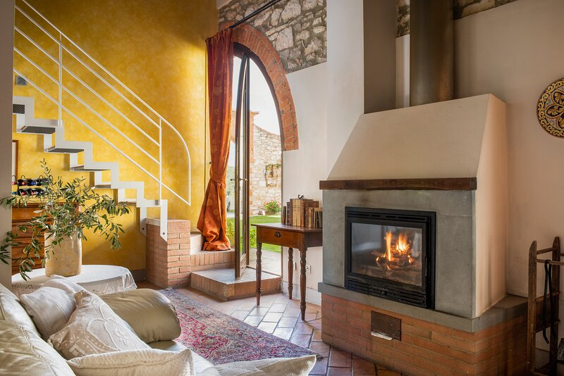 Il Fienile, ground floor apt for 4 pax in the Crete Senesi. Pool, A/C & Wi-Fi, holiday rental in Rapolano Terme